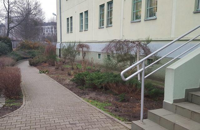 Zdjęcie przedstawiające wejście do budynku przed remontem