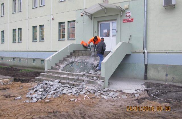 Zdjęcie przedstawiające wejście do budynku w trakcie wykonywania remontu