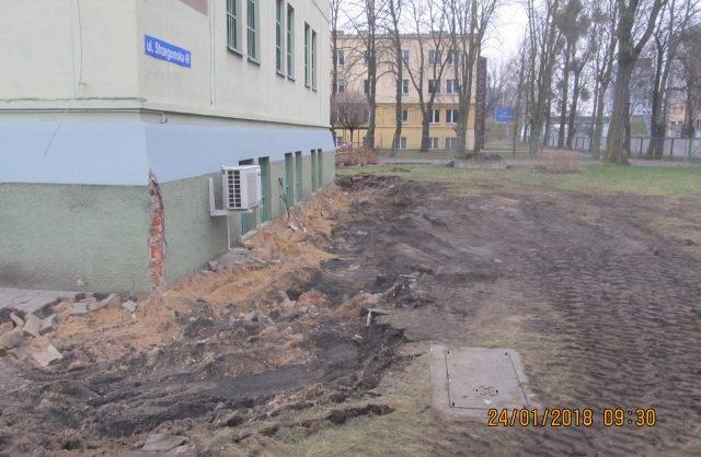 Zdjęcie przedstawiające wykopy zrobione obok budynku podczas remontu