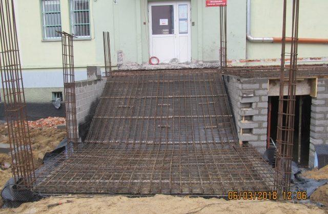 Zdjęcie przedstawiające elewację nowo budowanych schodów do budynku