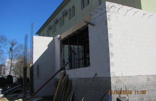 Zdjęcie przedstawiające powstającą dobudówkę do wejścia budynku