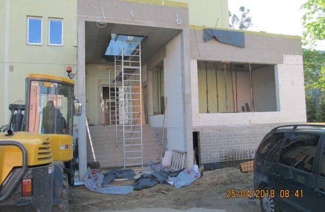 Zdjęcie przedstawiające elementy konstrukcyjne nowej dobudówki do budynku