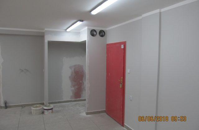 Zdjęcie przestawiające korytarz budynku będący w remoncie