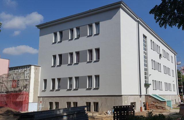 Zdjęcie przestawiające pomalowany na nowo bok budynku
