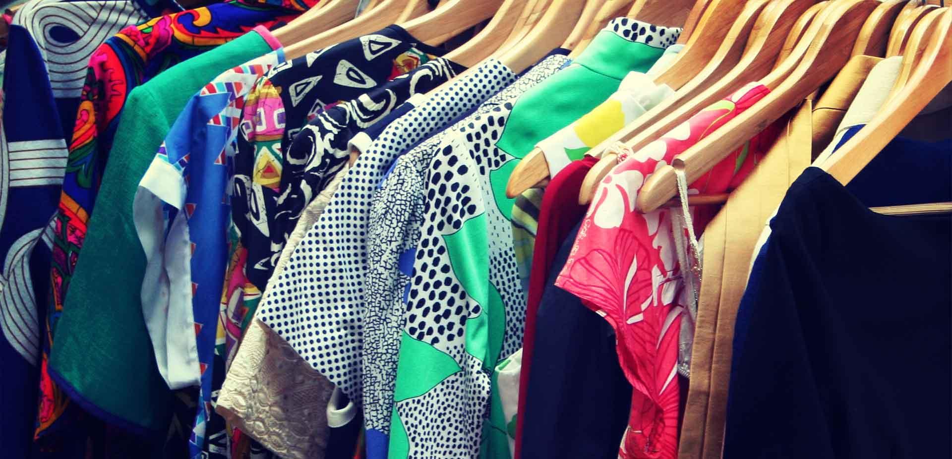 Grafika przestawiająca ubrania wiszące na wieszakach